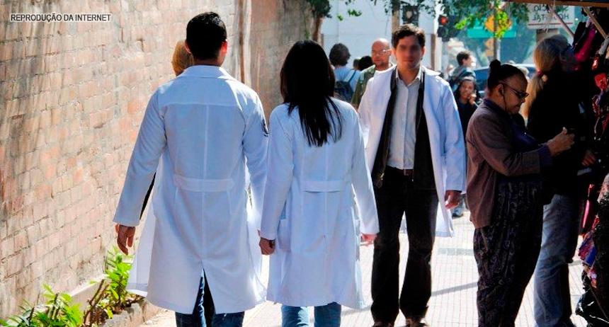 Seguridade aprova proibição do uso de jalecos fora de unidades de saúde.