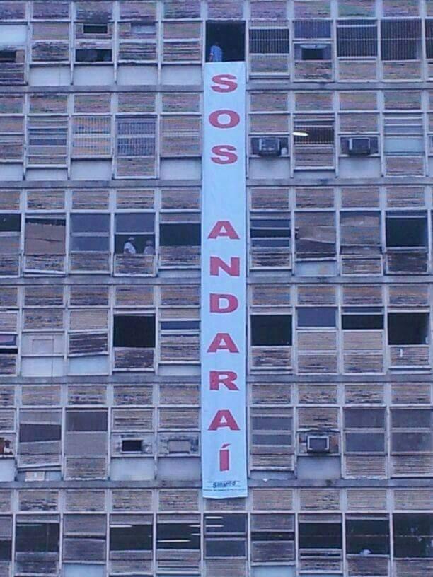 Funcionários do Hospital do Andaraí Estendem Faixa Pedindo Socorro